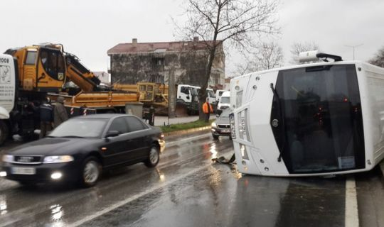 Kayganlaşan yolda servis kaza yaptı!