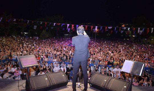 İzmitli Ferhat Göçer, Fuar konserinde duygusal anlar yaşadı