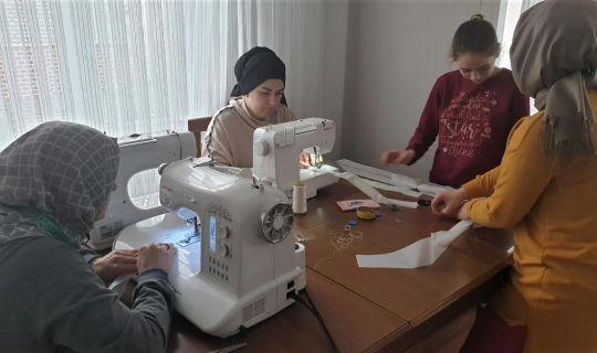 Büyükşehir destekliyor, anneler sağlıkçılar için siperlik üretiyor