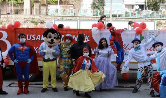 İzmit Belediyesi 23 Nisan TIR'ıyla bayram coşkusunu sokaklara taşıdı