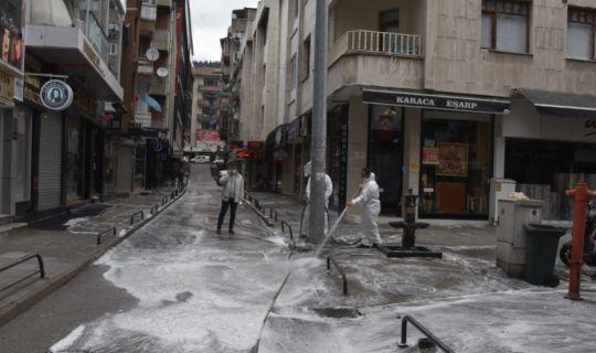 İzmit Belediyesi kent merkezinde her hafta 25 bin 590 kilometrelik yol ve 11 bin 624 metrekarelik alanı dezenfekte ediyor
