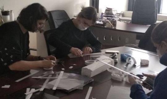 Tüm personel kent için siperli maske üretiyor