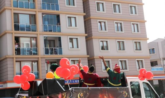 Körfez'de Hacivat ve Karagöz sokağa indi