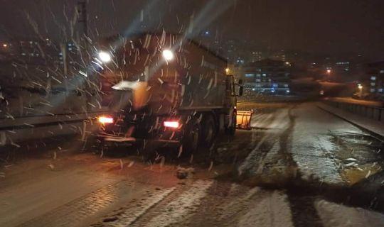 İzmit Belediyesi ekiplerinden köylerde gece boyu kar mücadelesi
