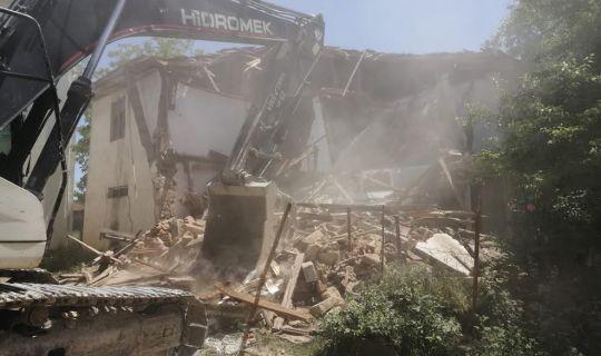 Körfez'de hasarlı binalar yıkılıyor