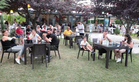 Gülümse Kafe'de yüzler   yerel müzisyenlerle gülümsedi