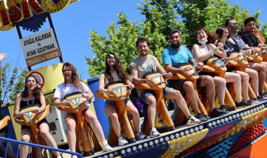 İl dışından gelen halk oyunu toplulukları İzmit'te doyasıya eğleniyor