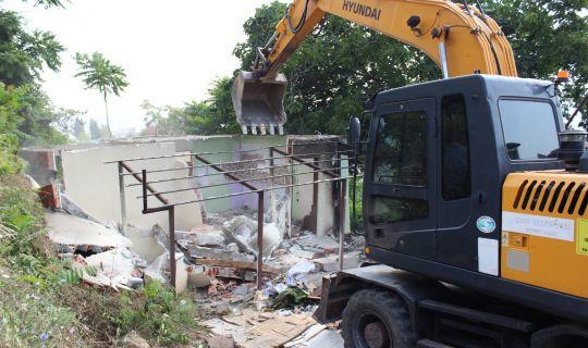 İzmit Belediyesi ağır hasarlı  binaları yıkmaya devam ediyor