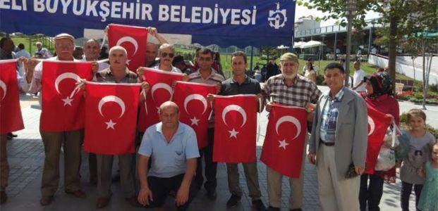 Büyükşehir binlerce Türk Bayrağı dağıttı