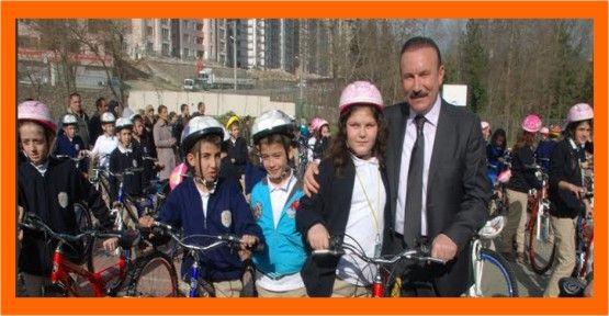 Doğan bisikletleri kendi eliyle dağıtıyor