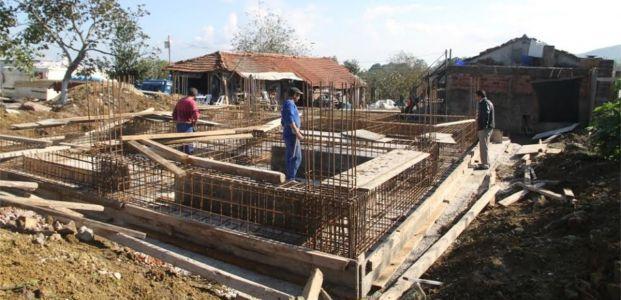Evi yanan aileye Büyükşehir yeni ev yapıyor