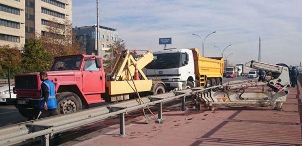İzmit'te kamyon devrildi