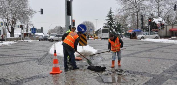 Kar sonrası bozulan yollara rötuş yapılıyor