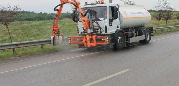 Kent genelinde yol kenarları temizleniyor