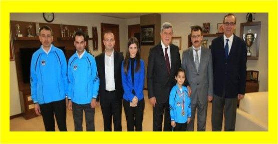 Minik Elif şampiyonluk beratını Başkan'dan aldı