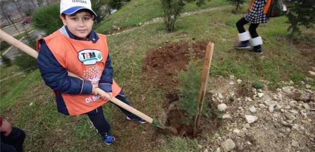 Minik TEMA gönüllüleri İZAYDAŞ'ta fidan dikti