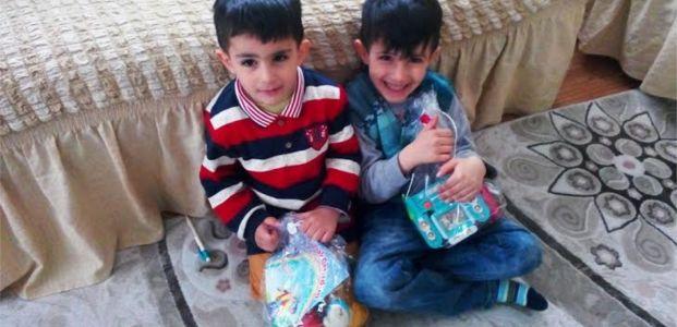 Oyuncaklarını alan çocuklar çok mutlu