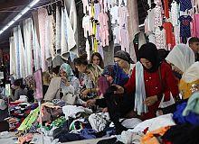 Moda pazarına vatandaşlar yoğun ilgi gösteriyor.