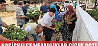 Başiskele'de mezarlıklar çiçek açtı