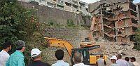 Halıdere çıkışındaki hasarlı binaların yıkımına başlandı
