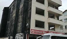 Körfez'deki ağır hasarlı bina yıkıldı